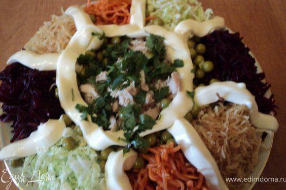 Вот так формируется обычно салат «Огород»: по краю блюда выложить отдельными кучками подготовленные капусту, корейскую морковку, свеклу, картофель-фри, по середине – куриное филе, вокруг него зеленый горошек и майонез. Смешивается салат на столе.