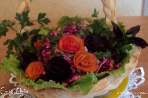 В этот раз я салат смешала перед подачей. Бока и дно корзинки выложила листьями салата, выложила салат «Огород», посыпала его мелко порезанной петрушкой, установила ручку и украсила салат розочками из свеклы, морковки, зеленью петрушки и базилика. Приятного аппетита!