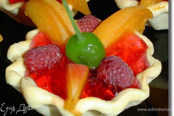 В самый центр тарталеток поместите вишни и отправьте в холодильник до полного застывания.