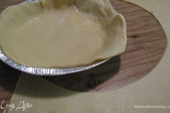 Тесто раскатать,и виложить по форме. Накрить мясо решеткой из полосок теста. Яйцо слегка взбить и смазать им тесто. Запекать 25-30мин. Готовому пирогу дать остыть 5 мин и подать к столу. Смачного!