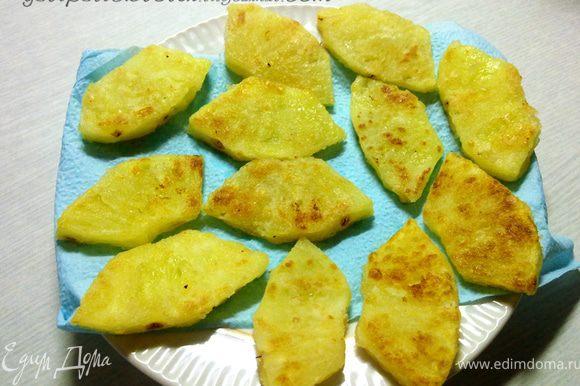 На сковороду налить 2 ст.л. масла, разогреть. Обвалять ананасовые дольки в крахмале и обжарить до золотистой корочки. Обжаренные дольки выложить на салфетку, чтобы убрать излишки масла.