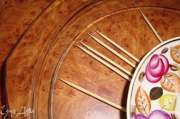 Замачиваем бамбуковые шпажки, чтобы они в процессе готовки не загорелись. Я их прижала тарелочкой, чтобы они не плавали.