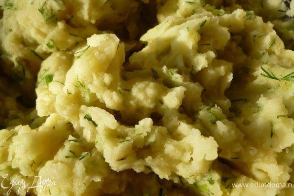 Из картофеля приготовить пюре(не жидкое), добавить к нему обжаренный на смеси сливочного и растительного масла мелко нарезанный репчатый лук, зелень укропа, соль и перец. Остудить.