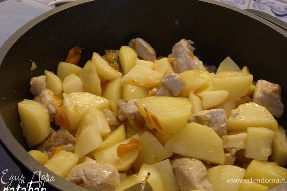 ... добавить к мясу и обжаривать на сильном огне 5-7 минут.