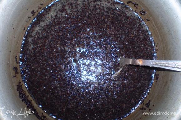 Готовим начинку для рулета. Мак заливаем кипящей водой и варим 3-4 минуты. Воду сливаем. В мак добавляем мед и белок. Хорошо перемешиваем