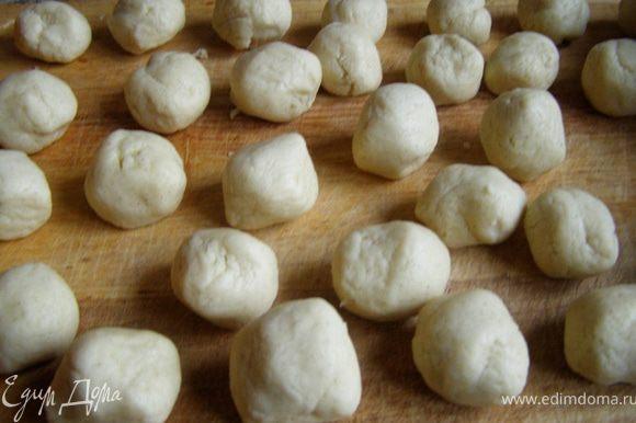 Через 15 минут тесто разделить на кусочки размером с грецкий орех