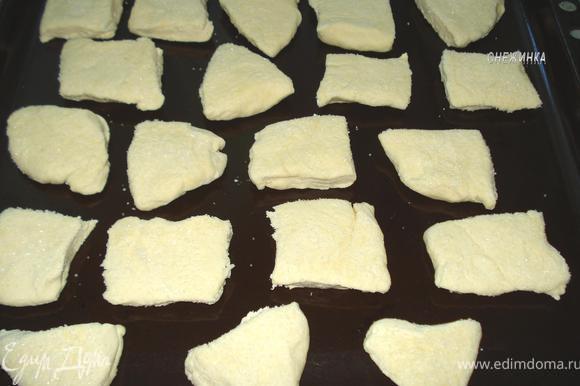 Так проделываем со всеми печеньками и кладем на противень сахарной стороной вверх.