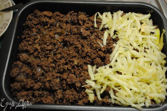 Сверху выложить слой мясного фарша. Затем слой кабачка.