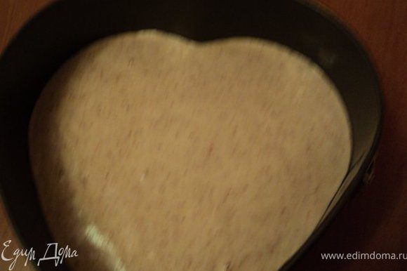 Дно формы застелить бумагой для выпечки, смазать маслом, выложить тесто и выпекать при температуре 180 градусов 25мин. После выпечки желательно, что бы корж остыл в закрытой духовке.