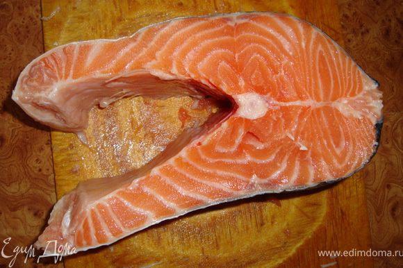 Голову, хвост и плавники пока откладываем (будет потом уха, например, такая http://www.edimdoma.ru/recipes/21811, или рыбный супчик, например, такой http://www.edimdoma.ru/recipes/30052, или по другим рецаптам, которых очень много). А со стейками поступим следующим образом. Кладем стейк на рабочую поверхность вот так...
