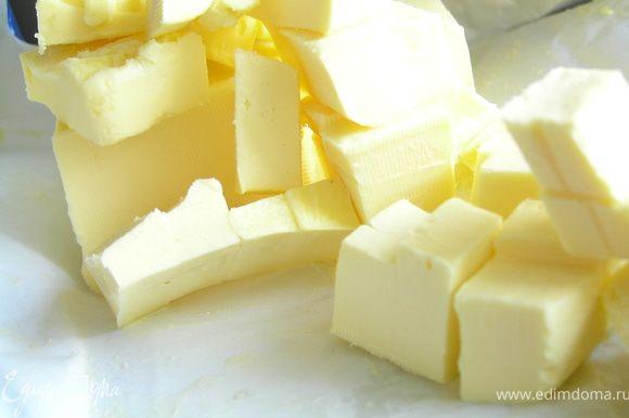 Сливочное масло режем небольшими кусочками, чтобы потом добавить в остывшую шоколадную массу.