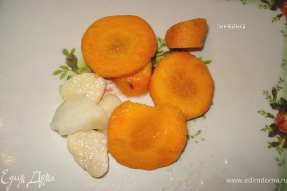 Морковь порезать кружочками, чеснок – на 2-3 части вдоль каждый зубчик. На фото просто пример нарезания, без учета количества)