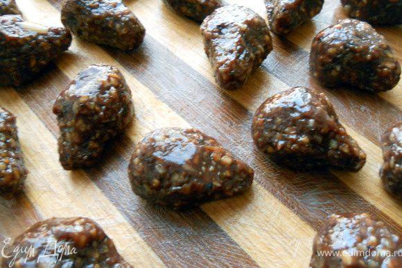 Руки смазать сливочным маслом, сформировать конфеты грушевидной (пирамидальной...) формы.