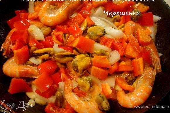 Добавить к мидиям лук, чеснок и обжарить в течении 5 минут… Затем кладем креветки и перец… Обжарить еще 5 минут..