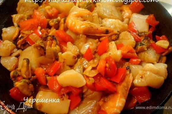 Теперь необходимо влить в сковороду к нашим морепродуктам оставшееся оливковое масло, добавить рыбу и потушить 1 минуту… Не передержите, мы же не хотим, чтобы у нас был рыбный паштет;)))
