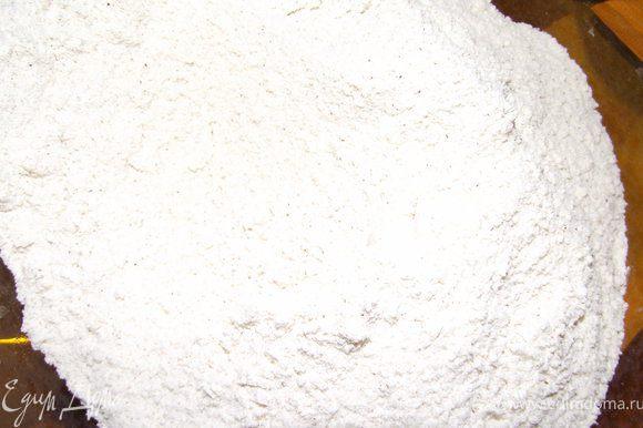 Муку просеять, добавить сахар, корицу, разрыхлитель и ванилин. Перемешать.