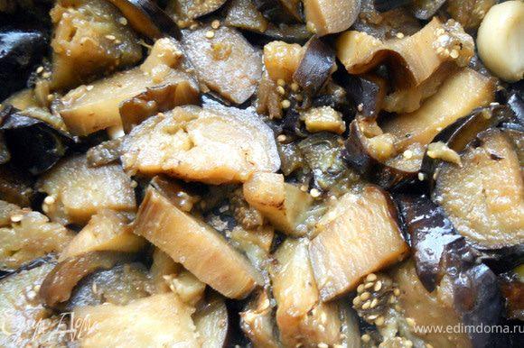 Огонь уменьшить, добавить чеснок (не измельчая), 1 ст.л. оливкового/растительного масла и немного воды. Накрыть крышкой и готовить еще минут 5-7, до мягкости. ***Вы можете выбрать иной способ обработки при котором баклажаны не впитывают много масла***. Чеснок удалить или оставить - чувствоваться вдальнейшем практически не будет, лишь легкий аромат придаст. Остудить.