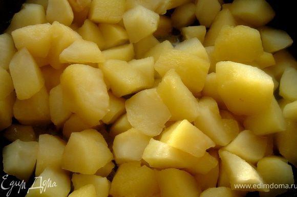 Тем временем очищенные и порезанные яблоки посыпать сахаром и тушить на среднем огне минут 10.Затем добавить специи и кальвадос(или уварить 200 мл белого вина с палочкой корицы и 2-3 гвоздичками вполовину или добавить 2-3 см натёртого имбиря и сок 0,5 лимона).Тушить минут 5-7,а затем измельчить яблоки в блендере,предварительно удалив крупные специи.В яблочное пюре с имбирным вкусом можно дополнительно добавить пригоршню нарезанного сладкого имбиря.К пюре с корицей и гводикой-измельчённых грецких орехов.Для скорого остывания,ёмкость с пюре можно опустить в холодную воду.