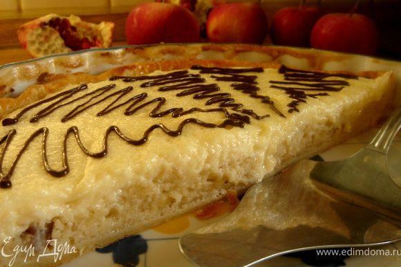 Выложить крем на готовый пирог.Остудить.Перед подачей украсить пирог узором из растопленного с молоком шоколада или башенками из малинового джема и т.д.Приятного аппетита!