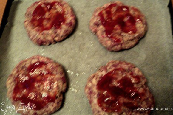 Из фарша сформировать четыре плоские котлеты, выложить на противень. Смазать немного кетчупом.