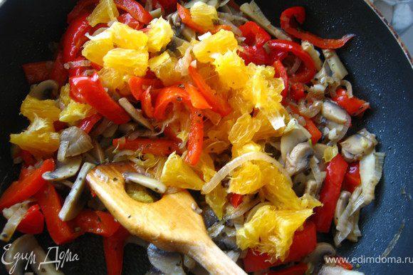 Выключаем огонь, добавляем соль орегано базилик, мелко порубленный чеснок. Перемешали. Добавить очищенный от пленок и порезанный на небольшие кусочки апельсин. перемешать и оставить на минут 5-10 настояться.