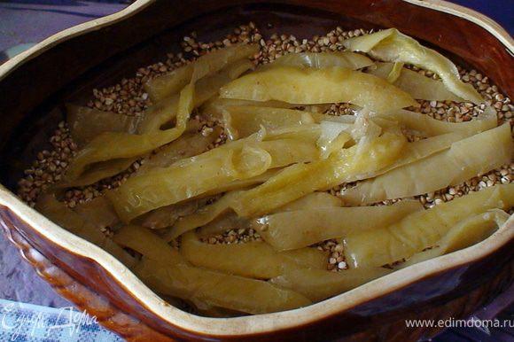 Дальше режим перец и выкладываем на гречку и заливаем бульйоном. Ставим в духовку на 1 час при температуре 180 градусов.