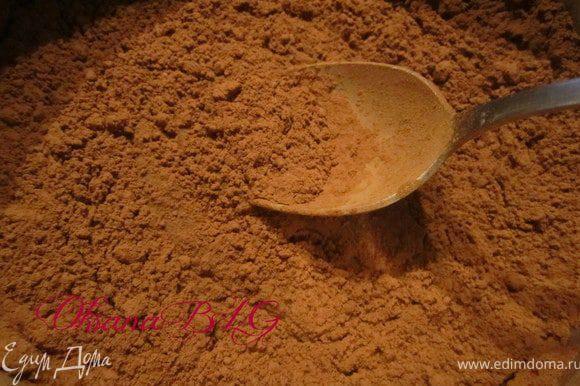 Растопить шоколад или приготовить помадку. Сахар, воду, какао поставить на огонь, прокипятить 5 минут.