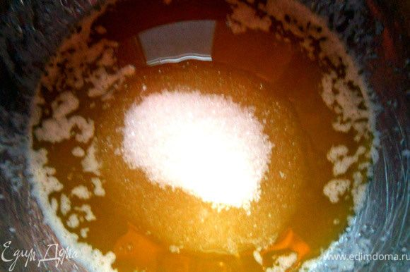 Соединить масло с сахаром, немного растереть.