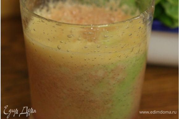 Выжать сок из капусты, помидора и яблока.