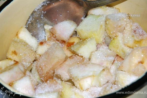 Ставим кастрюльку с яблоками на маленький огонь, добавляем сахар. Здесь Вы можете регулировать количество сахара, все зависит от Вашего вкуса и сладости яблок)) Мне было очень даже достаточно. Перемешиваем. Мешаем до тех пор, пока сахар не растворится и яблочки не дадут сок, накрываем крышкой. Тушим под крышкой на маленьком огне, периодически помешивая.
