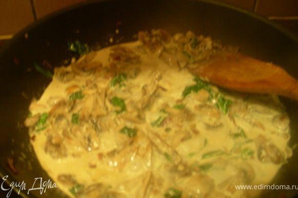 Затем добавляем шпинат, кориандр, порошок чили и сливки. И готовим на медленном огне минут 10. У меня на гарнир пшеница, очень ее люблю (по вкусу напоминает кус-кус, нежная, готовится быстро). Я ее в конце добавила к грибной смеси и оставила немного вместе пропитаться).