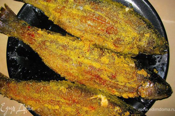 Выкладываем нашу рыбу на широкое блюдо, сбрызнем сверху оливковым маслом холодного отжима. Непременно подадим к рыбе хрустящую чиабатту, дольки лимона и оливковое масло!