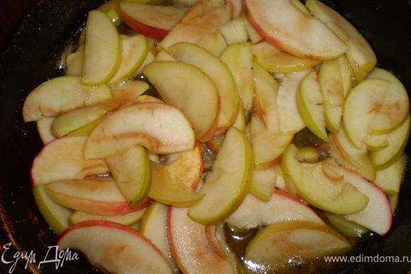 Яблоки режем на тонкие дольки. На сковороде распускаем сливочное масло, выкладываем яблоки, посыпаем сахаром, тушим около 3 минуток, затем вливаем коньяк и тушим еще 7 минут.