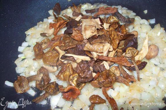 грибы вытаскиваем из воды, настой грибной не выливаем. если грибы крупные, то немного нарезать. отправляем на сковороду к луку и обжариваем 5 минут