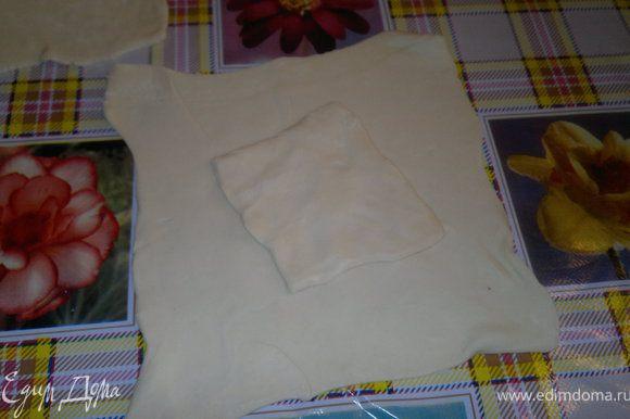 берём слоеное тесто (у меня они были готовые,порезаные на квадратики)Режем на квадратики.в середину кладём маленький кусочек слоеного тесто,на неё пюре,сверху грибы,а на грибы кладём ножку и заварачиваем как мешочек,очень извеняюсь,что подробного фото нет( а так хочется с вами поделится с етим прекрасным рецептом)) И гостям очень понравилось и видом и вкусом))) как приготовили мешочки ,смазываем яйцом и готовим при температуре 200гр. ,еае подрумянется вынимаем. Они получаются румяные) Приятного апетита)))