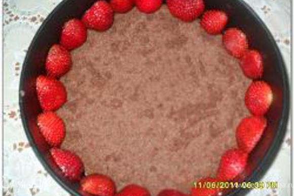 Нижний пласт коржа положить на круглое блюдо и окружить его разъемной формой, выложить клубничный крем, а затем творожный и разровнять. Сверху положить следующий пласт.