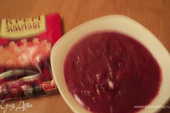 Пакетик заварного крема развести в размороженном ягодном пюре, добавить молоко и сварить при небольшом огне до загустения, охладить. Вместо фруктового пюре можно взять сок вишни в собственном соку, вместо заварного крема – ванильный пудинг.