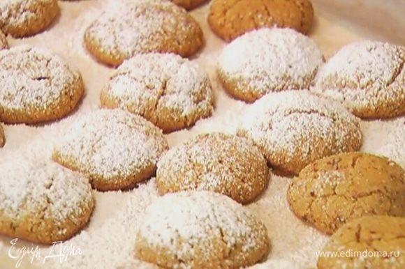 Готовое печенье присыпать сахарной пудрой.