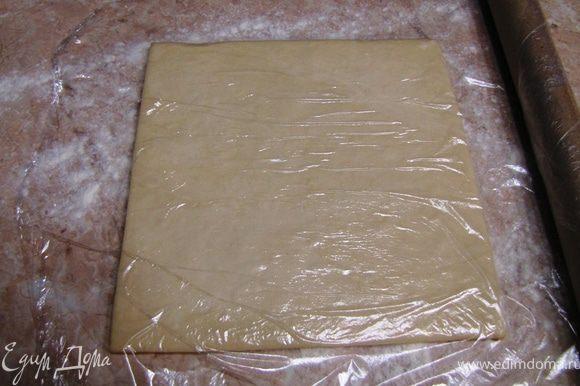 Все очень просто. Разморозьте тесто, не забыв посыпать стол мукой. Лучше прикрыть пленкой, чтобы тесто не заветрилось.