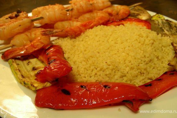 На тарелки выкладываем кускус, овощи и креветки и подаем. Приятного аппетита))