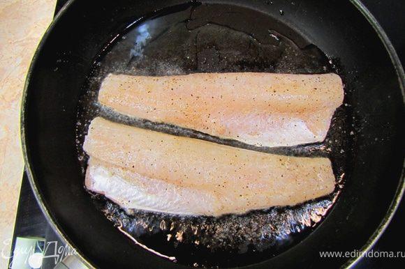 Нагрейте сковороду с маслом и туда судачка кожей вниз. Сразу потрясите сковороду, чтобы кожа не прилипла к ней. Периодически надо трясти.