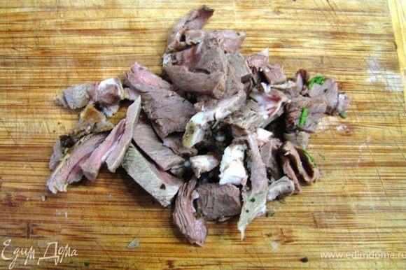 Порежьте на небольшие полоски или кусочки готовое мясо.