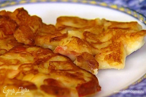 Сковороду разогреть, смазать оливковым маслом и ложкой выкладывать оладьи. Обжаривать с двух сторон и перекладывать на тарелку с бумажным полотенцем, чтобы убрать излишки жира. Подавать со сметаной.
