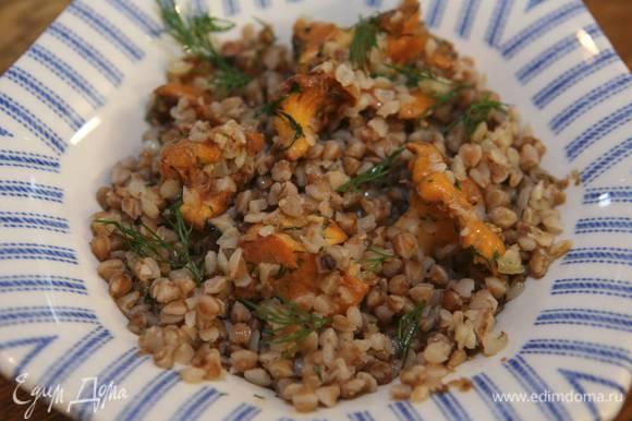Перед подачей сбрызнуть гречневую кашу с грибами оливковым маслом.