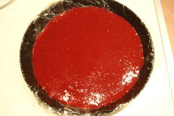 Заливаем желатин холодной водой и оставляем на 10-15 минут. Малину пюрируем, добавляем сахар. 1/3 часть малины нагреваем, добавляем желатин. После его растворения примешиваем к остальному ягодному пюре. Переливаем в форму для торта, застеленную пищевой пленкой. Убираем в холодильник до полного застывания.