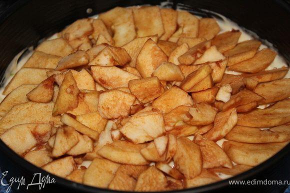 На эту массу выложить яблоки.