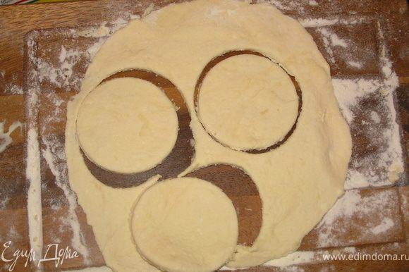 Так как творожное тесто очень мягкое и непослушное, я отщипывала небольшие кусочки и раскатывала их скалкой. Берем стакан и делаем кружочки из теста.