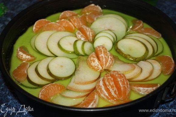 Желе приготовить так, как написано на упаковке. Аккуратно вылить остывшее желе на фрукты. Лучше сначала залить фрукты тонким слоем, поставить в холодильник до застывания, затем вылить оставшееся желе. Поставить в холодильник на 6-8 часов.
