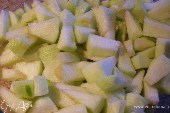 Яблоки очистим от шкурки, нарежем довольно мелко, сбрызнем лимонным соком, чтобы не потемнели