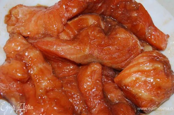 Семгу крупно нарезать, натереть сахаром,перемешать с соевым соусом. не прекращая перемешивать, добавить крахмал и масло.